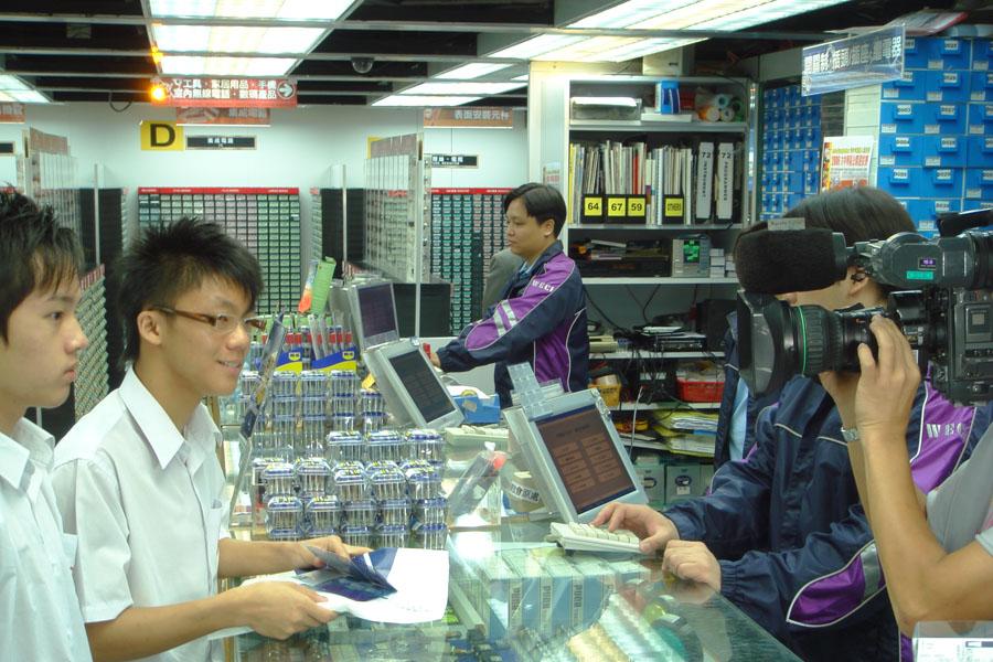 Yik Hei,Chan visits our megastore